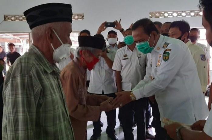 Jalan Dusun Bailing Desa Saronda Akan di Aspal, Aspirasi Warga Saat Bupati Serahkan BLT-DD