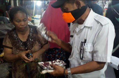 Sambil Sosialisasi Perwal ProKes, Disdag Palopo Bagi Masker di Dua Pasar Induk
