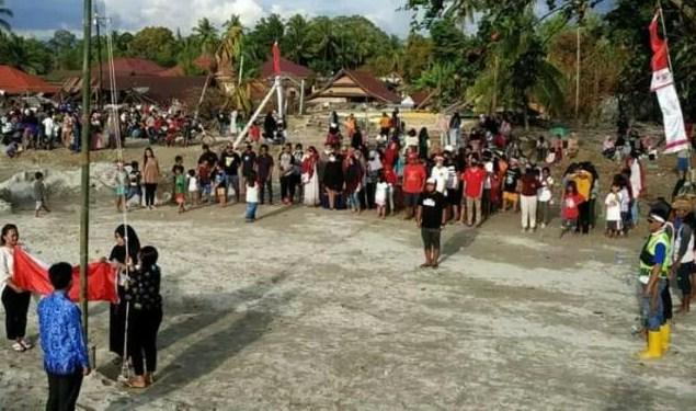 Warga Korban Banjir Kibarkan Bendera Merah Putih