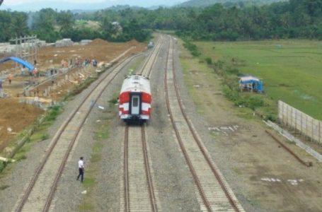 Pembangunan jalur rel Kereta api Makassar-parepare saat ini terkendala pembebasan lahan. Wakil Bupati Maros menyebut ada oknum yang menghalang-halangi
