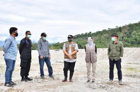 Pjs Bupati Luwu Utara, Iqbal Suhaeb saat mengunjungi Bantaran sungai rongkong