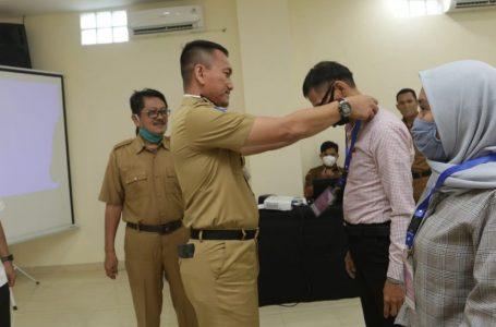 Penyematan tanda peserta secara simbolis kepada perwakilan peserta