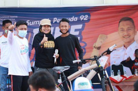Penyerahan hadiah hiburan bagi peserta Fun Bike
