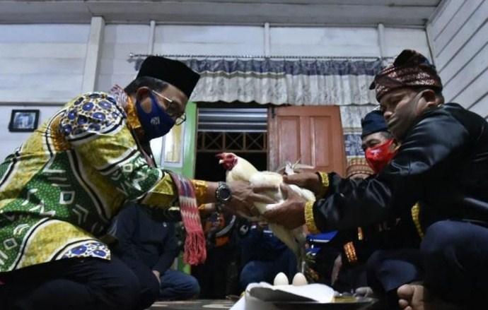 Ritual Adat Massolo Sambut Pjs Bupati Luwu di Seko Lutra