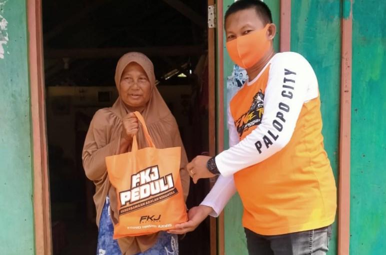 Komunitas FKJ Brothers Bagikan Sembako ke Warga di Kelurahan Purangi